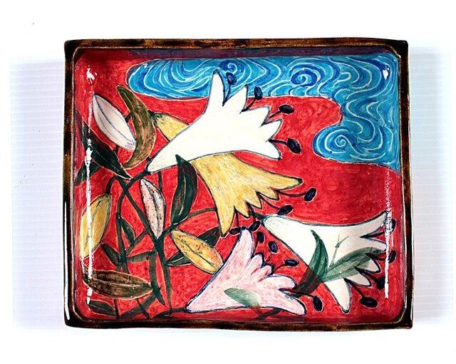百合と流水紋様(赤地)の色絵箱器の画像1枚目