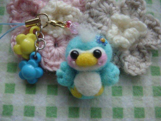 羊毛フェルト 幸せの青い鳥ちゃんお花ストラップ☆の画像1枚目