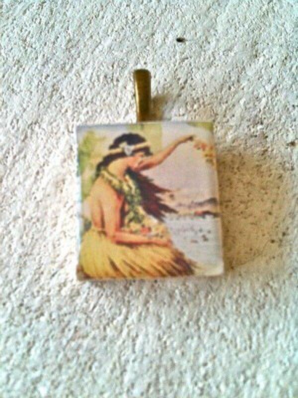 オールドハワイフラダンサー スクラブルタイル・ペンダントヘッドの画像1枚目