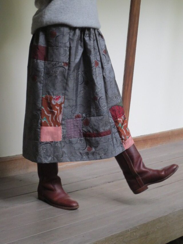 グレーに赤い花の大島紬deリメイクスカート☆カラフル銘仙パッチ♪の画像1枚目