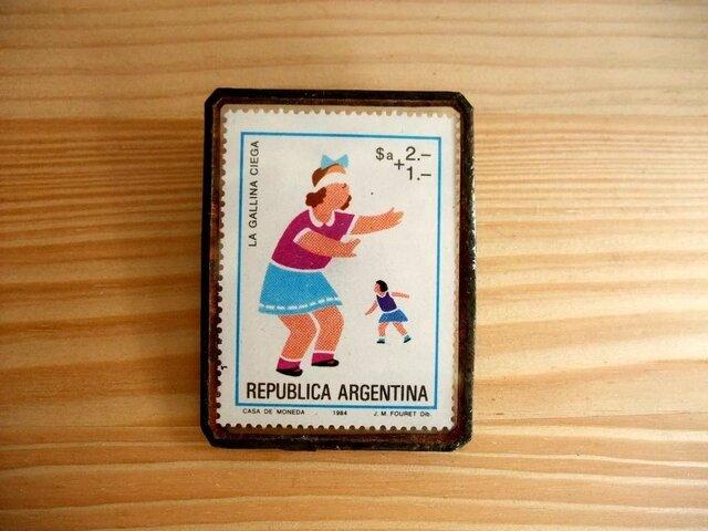 SALE ヴィンテージ切手のブローチ - アルゼンチン おにごっこの画像1枚目