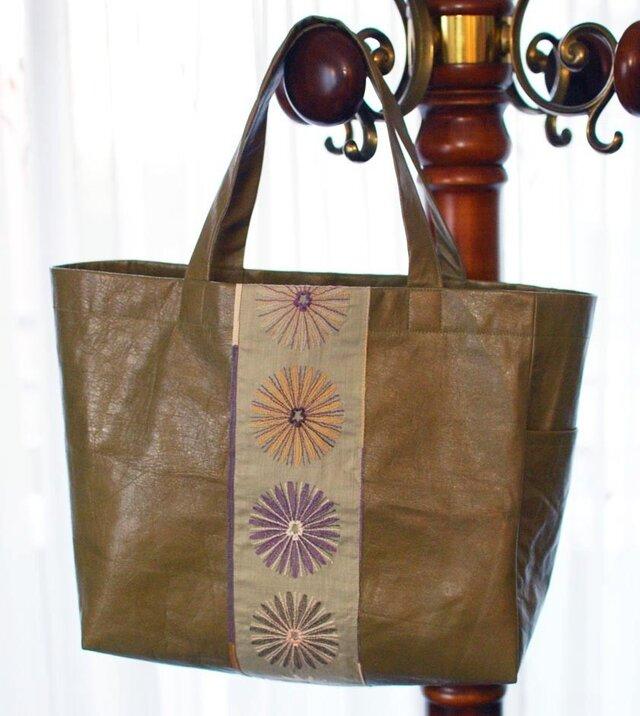オリーブ馬革×大きな花刺繍の軽量トートバッグの画像1枚目