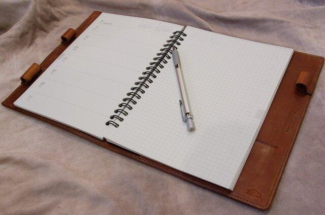 革と糸が選べるオーダーメイドの手帳カバー(写真は無印のA5サイズの手帳用)の画像1枚目