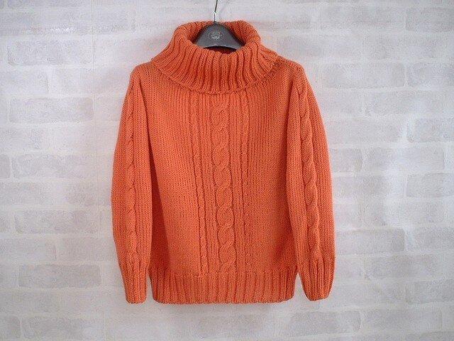 華やかオレンジのゆったりタートルネックのプルオーバーの画像1枚目