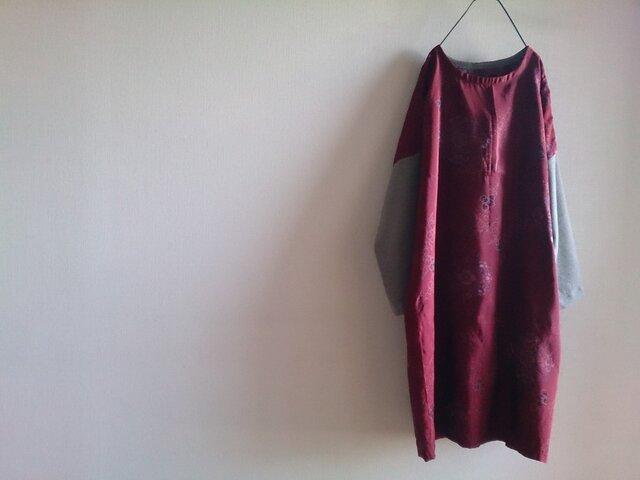 着物リメイク 深紅の華紋柄ワンピースの画像1枚目