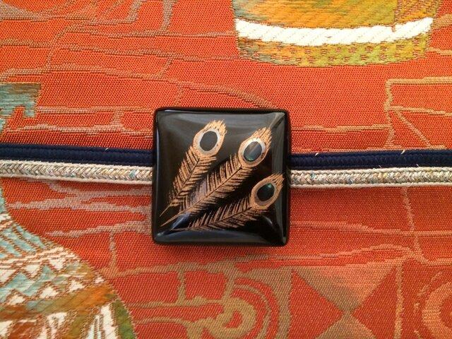 孔雀の羽の帯留 (漆塗 蒔絵と螺鈿)の画像1枚目