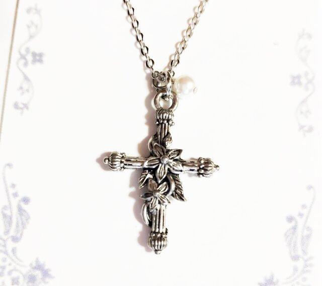 【花の絡まる十字架 のネックレス】シルバーの画像1枚目