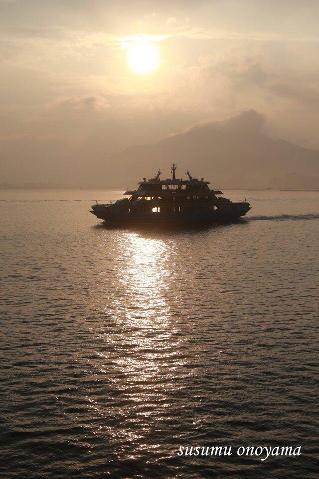 夕日と遊覧船の画像1枚目