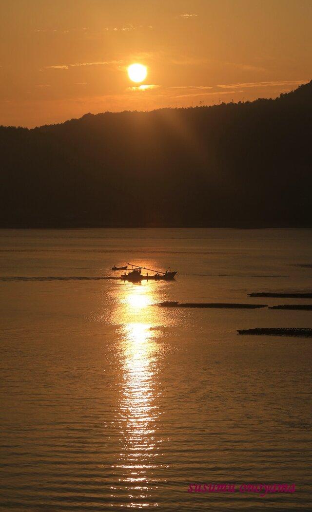 朝日と漁船の画像1枚目