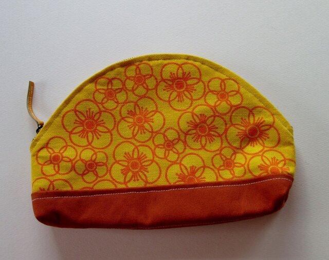 線描きのオレンジの花のポーチの画像1枚目