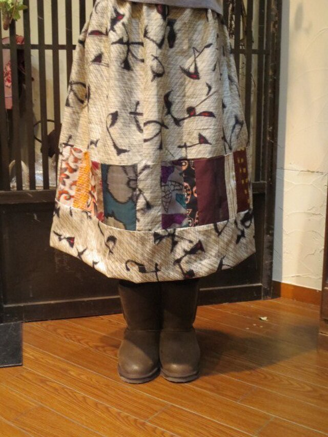 サラサラ生成り地銘仙deリメイクスカート☆カラフルパッチで春!!の画像1枚目