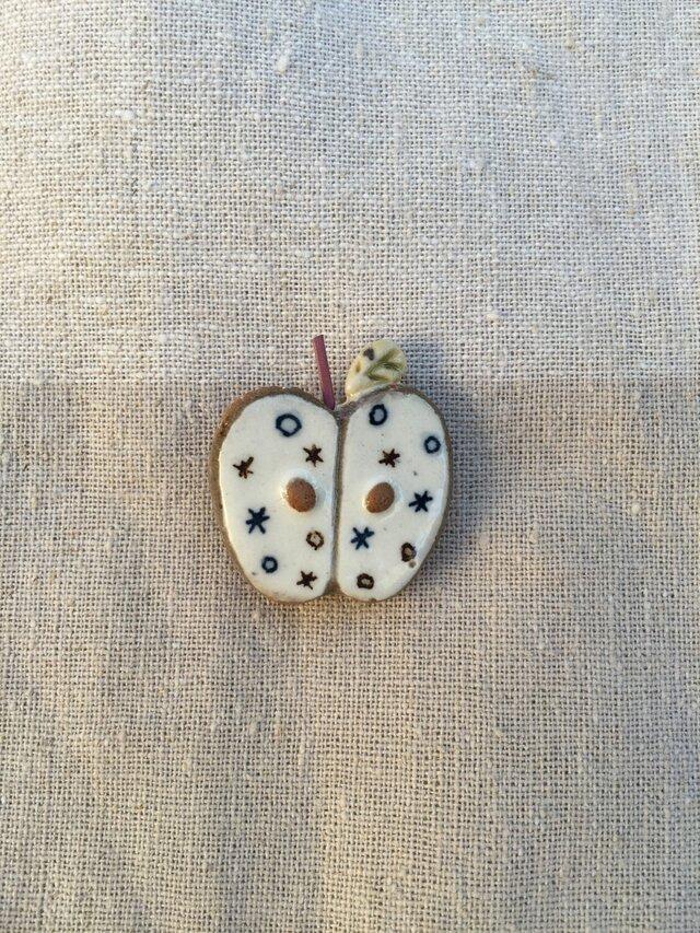 りんごのブローチ(ピンクパープル色)の画像1枚目