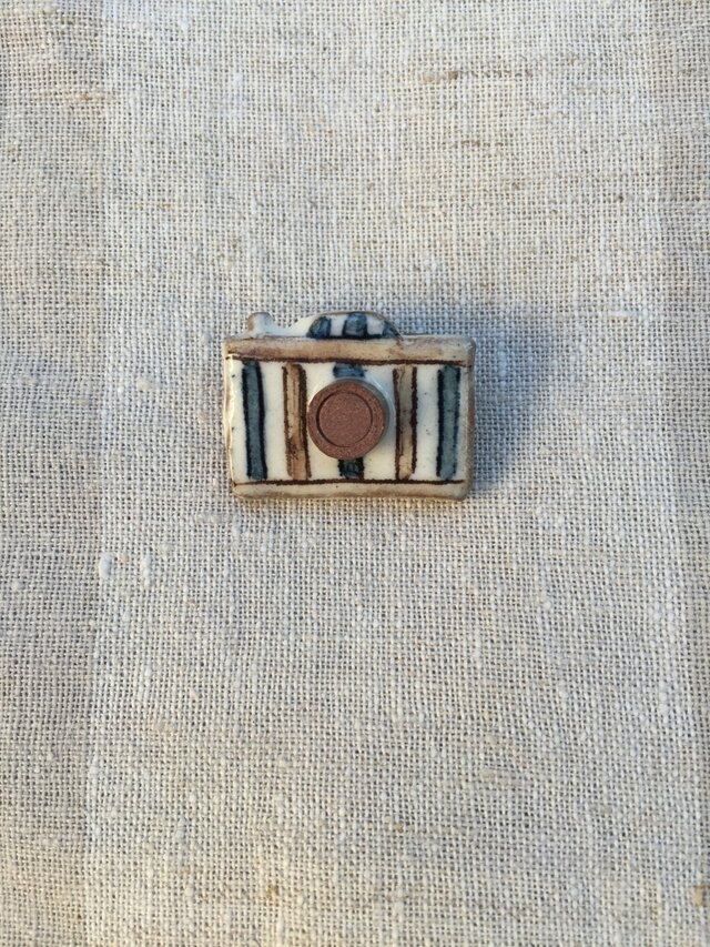カメラのブローチ(ストライプ柄)の画像1枚目
