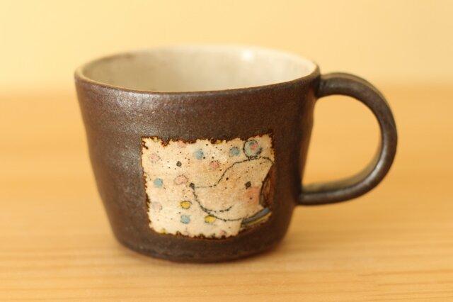 窓からのぞくわんちゃんのカップ。の画像1枚目