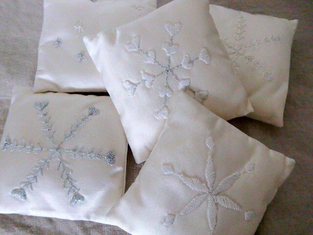 雪の結晶模様のミニクッション 5個セットの画像1枚目