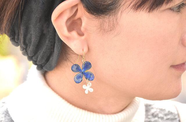 小さなアジサイとパール【藍染】デザインピアス 14kgf/イヤリングの画像1枚目