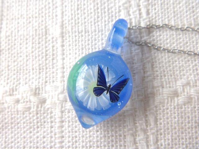 ガラス細工 一輪のガーベラと蝶のネックレスの画像1枚目