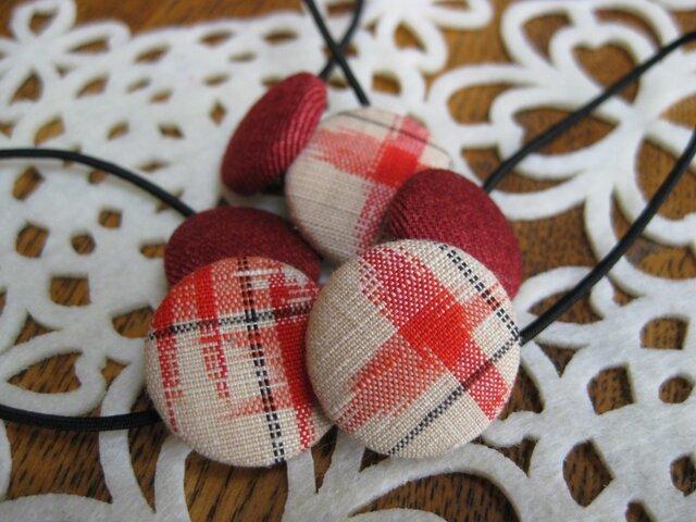 赤い模様と赤いデニムのくるみボタンのヘアゴム 22×18の画像1枚目