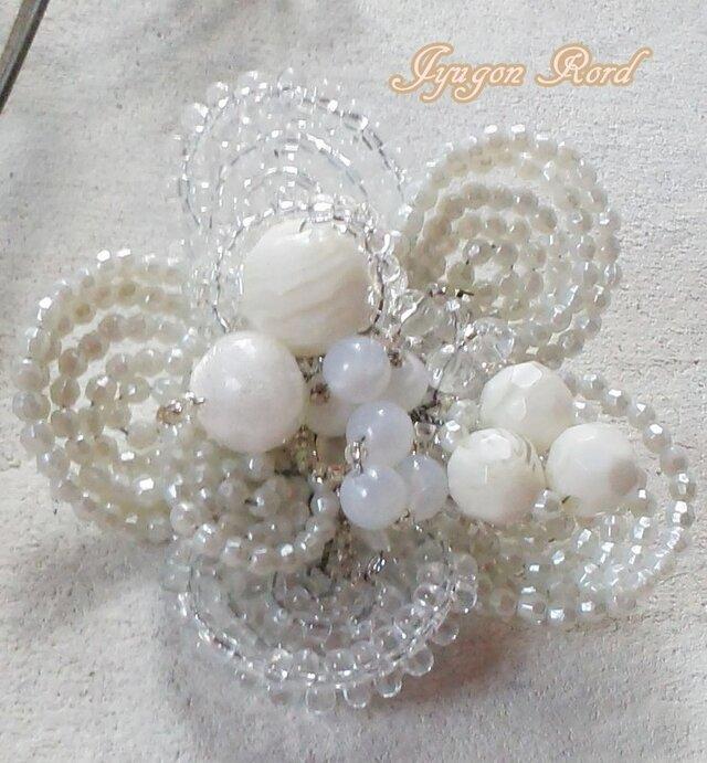 お花のコサージュ・ブローチ(ホワイト&アイボリー)の画像1枚目