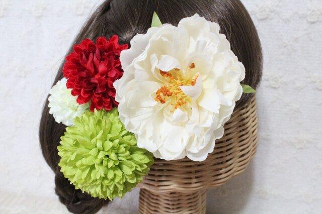 ホワイトシャクヤクとピンポンマムの髪飾りの画像1枚目