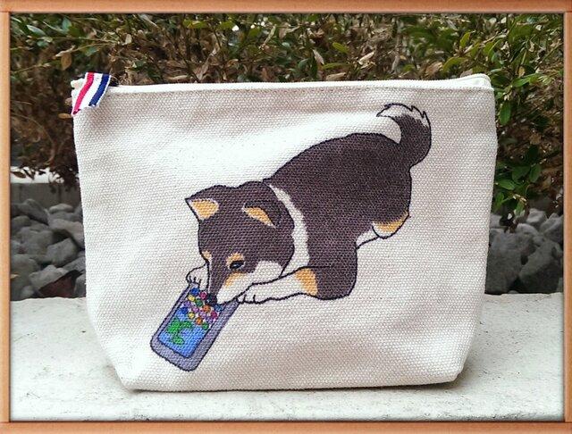 Mサイズ帆布6号の柴犬ポーチ『スマホゲームに嵌まって~黒柴編』の画像1枚目