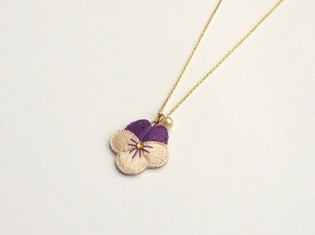 [受注制作]ビオラの刺繍ネックレス(アイボリー×紫)の画像1枚目