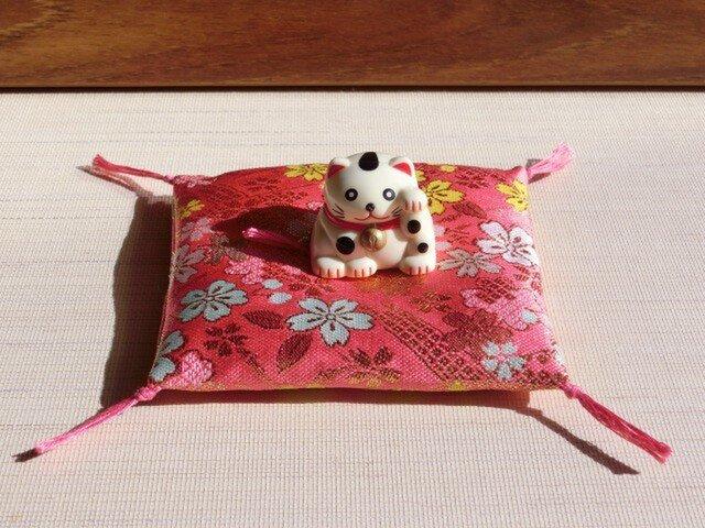 置物用お座布団 西陣織金襴濃桃色桜 10cm角の画像1枚目
