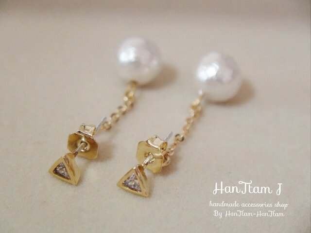 【HanTtam J】 triangle cubic zirconia × cotton pearl ピアス (パールキャッチ)の画像1枚目