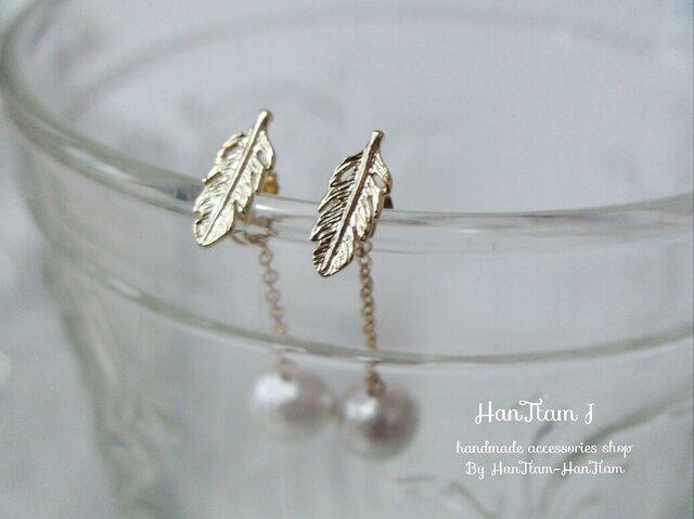 【HanTtam J】  gold feather × cotton pearl ピアス (パールキャッチ)の画像1枚目