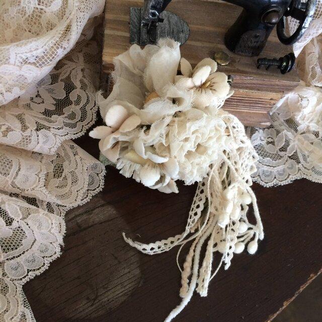 コサージュ アンティークホワイトの花束の画像1枚目