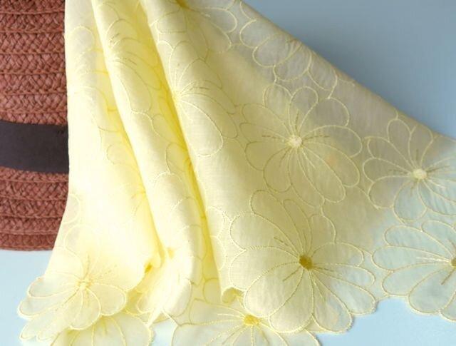 草木染刺繍ハンカチ マーガレット(レモンイエロー)の画像1枚目