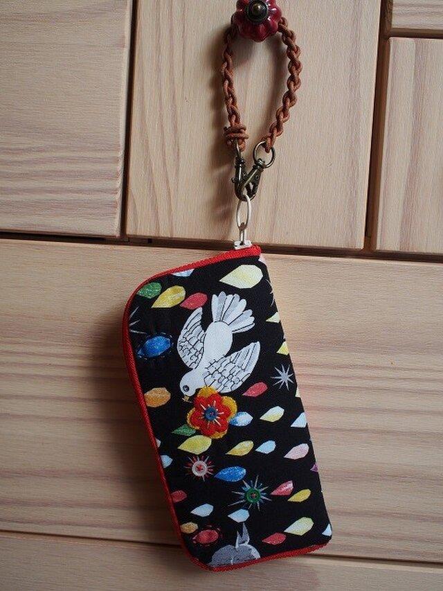 クラッチタイプの小鳥ラウンドファスナー財布の画像1枚目