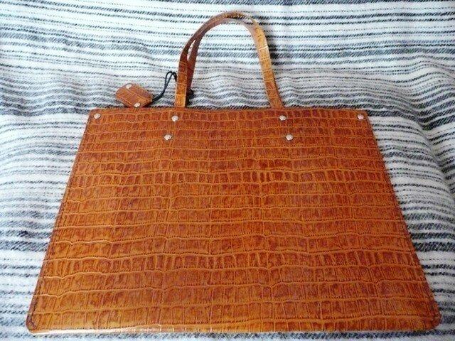 手縫いの超薄いシンプルなクロコ型押し手提げバッグの画像1枚目