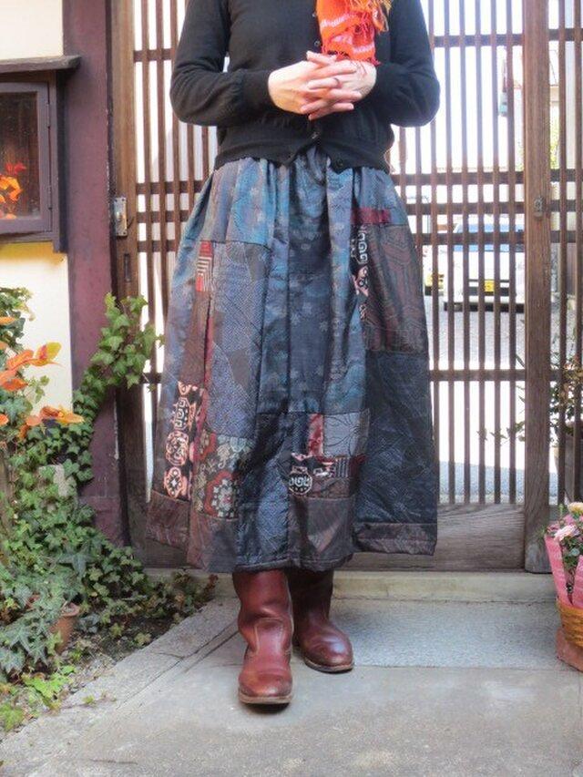 大島紬でリメイクスカート☆シックな中に赤色パッチして大人ロングの画像1枚目