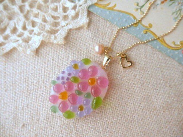 ミルク色ガラスのピンク&ラベンダーの小花と淡水パールネックレスの画像1枚目