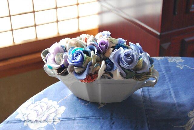 和布とプリザーブドローズの装花 ー プリばらワーク うすぎぬの青の画像1枚目