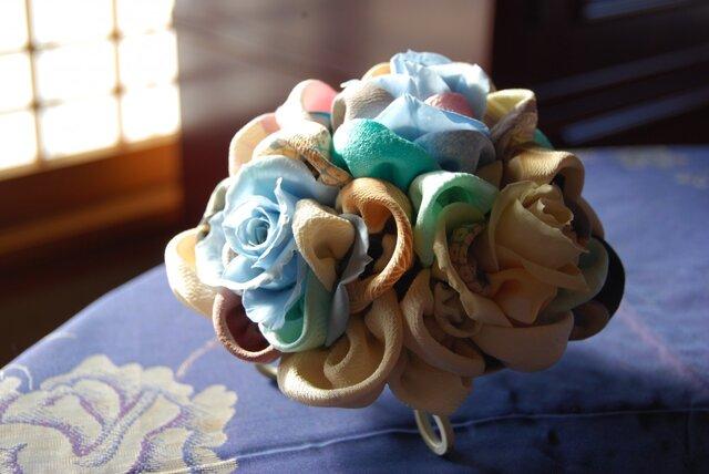 和布とプリザーブドローズの装花ー プリばらワーク 冬もえの画像1枚目