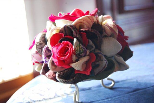 和布とプリザーブドローズの装花ー プリばらワーク 花すおうの画像1枚目
