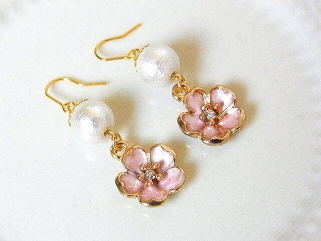 コットンパールと桜のピアス(イヤリング変更可)の画像1枚目