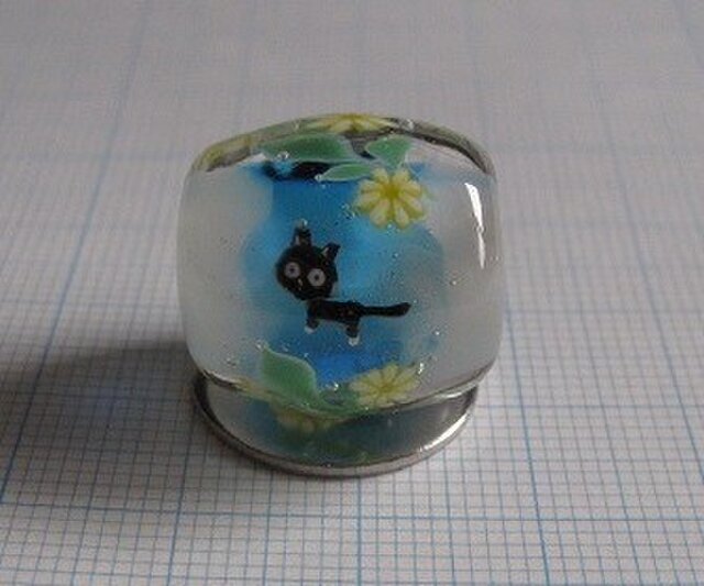 とんぼ玉 黒猫と花 type-Cの画像1枚目