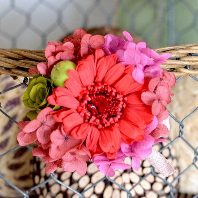 【レッドピンク】 プリザーブドフラワー コサージュ ガーベラ アジサイ  発表会 結婚式 入学式 ヘッドドレス 還暦 七五三の画像1枚目