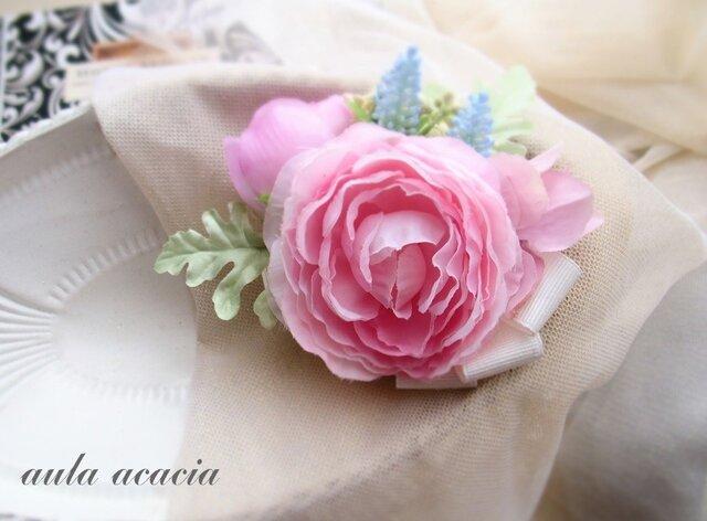 人気配色 ピンクのラナンキュラスに水色の花を添えたコサージュブローチ ヘッドドレス の画像1枚目