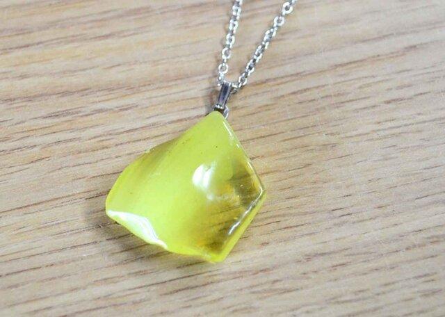 原石のようなガラスのペンダント(淡い黄色)の画像1枚目