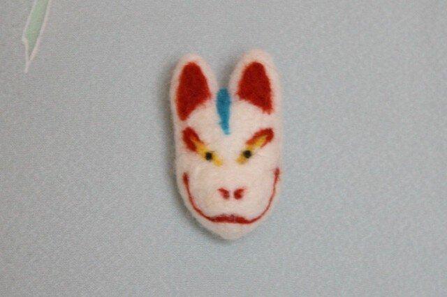 羊毛フェルト 狐面ブローチの画像1枚目