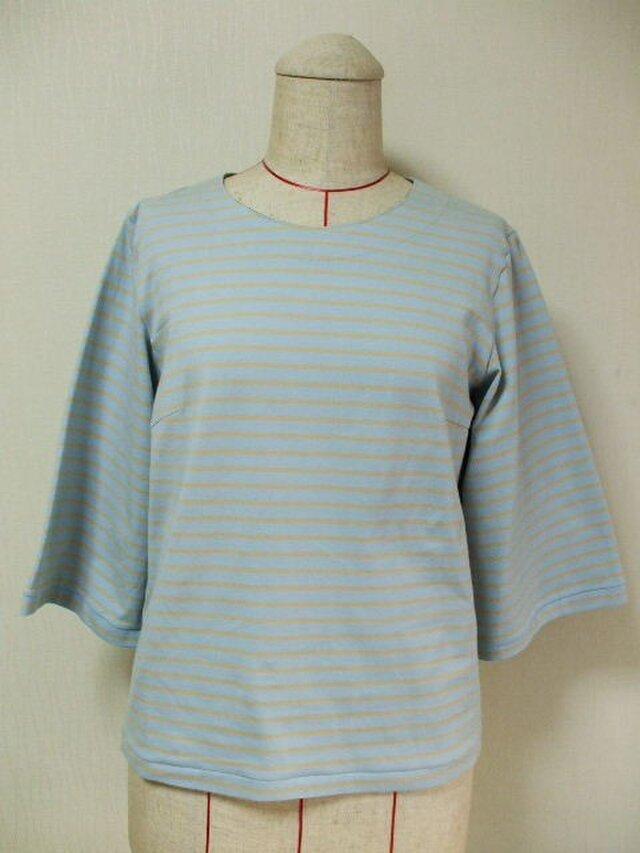 【セール品】後ろリボン2個付きラウンドネック7分丈袖のカットソー M~Lサイズ 薄いブルー×ベージュボーダー柄の画像1枚目