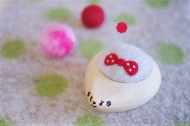 ハリネズミの羊毛ピンクッション【針山】みずたまリボン 赤色の画像1枚目