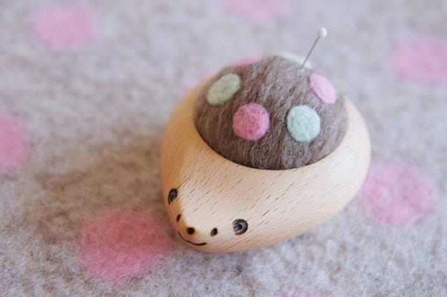 ハリネズミの羊毛ピンクッション【針山】はるいろ水玉の画像1枚目