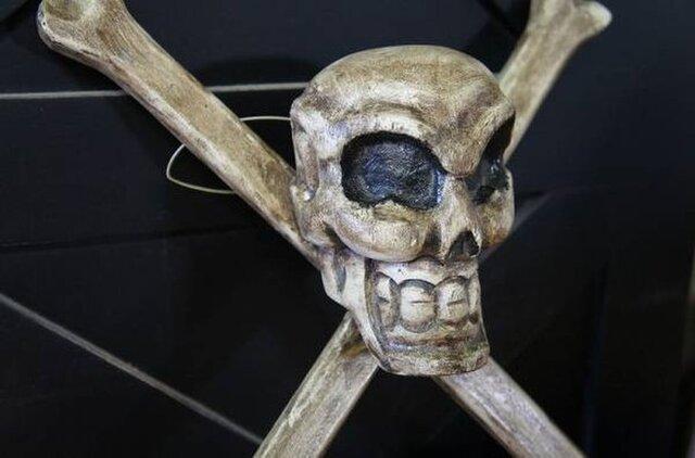 ハンドメイド 木製 オブジェ 海賊マーク ドクロ 髑髏 スカルの画像1枚目
