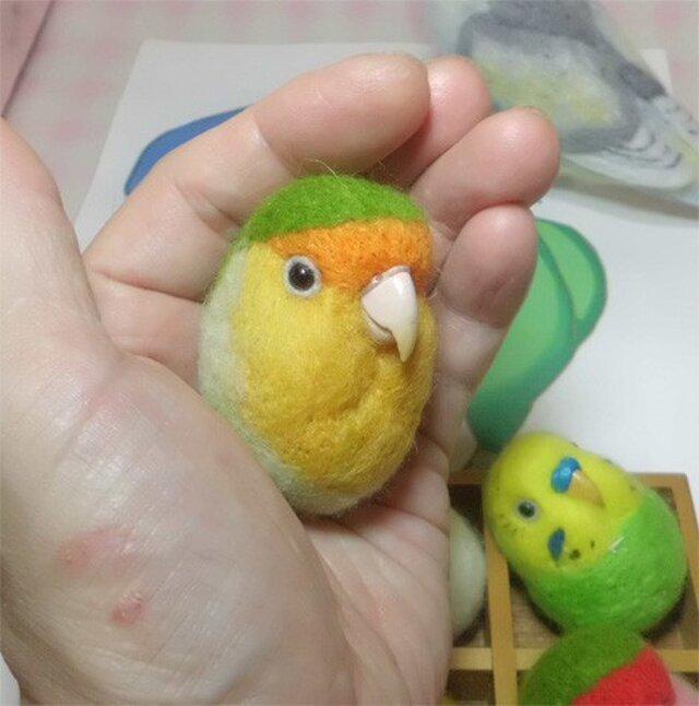 コザクラインコ オレンジフェイス  羊毛フェルト 小鳥マカロン(?)選べる2タイプ(マグネットまたはブローチ)【受注製作】の画像1枚目