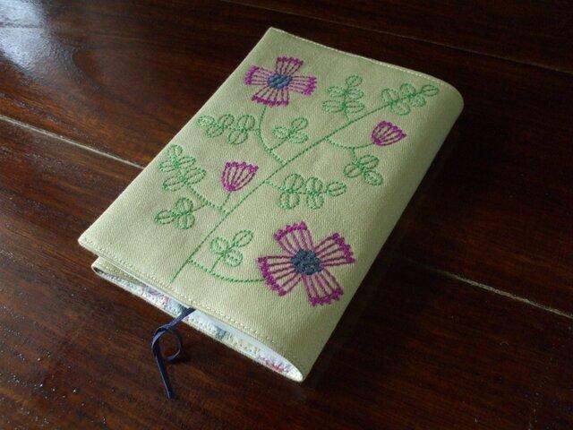 花刺繍の文庫本ブックカバー ベージュの画像1枚目